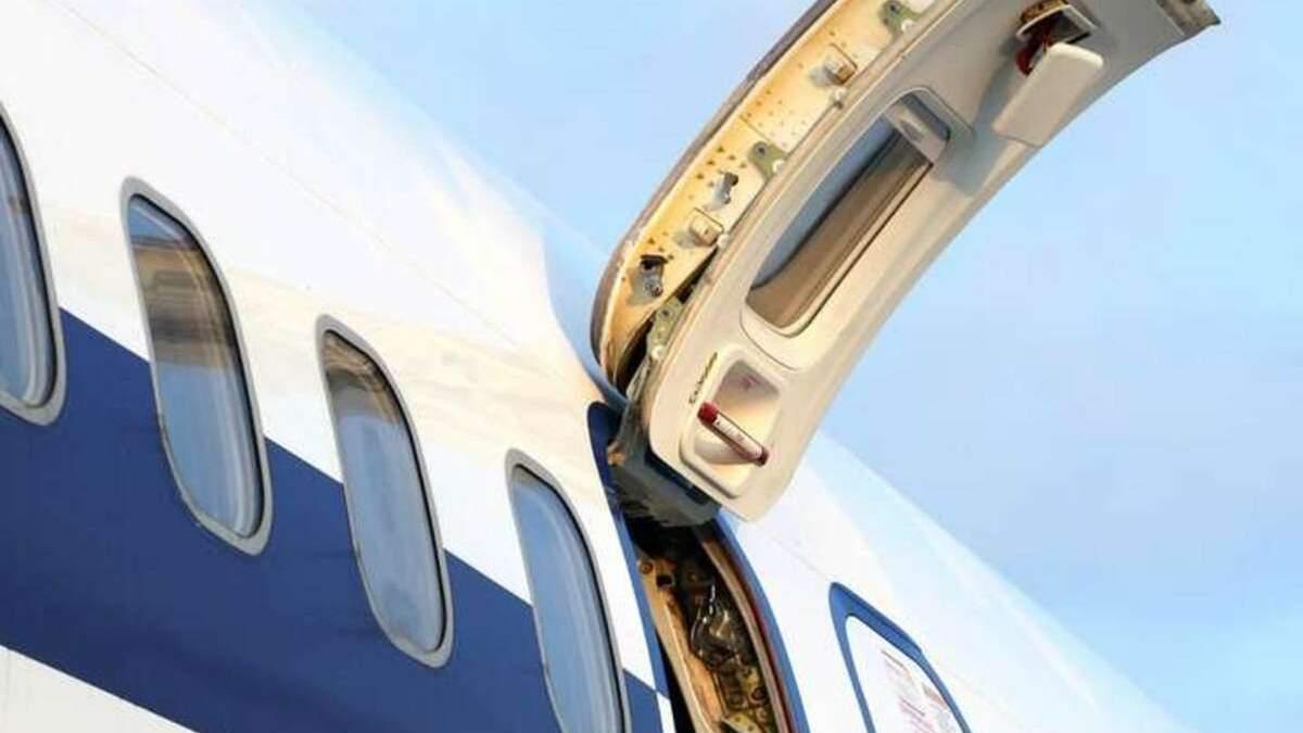 Что произойдет, если открыть дверь аварийного выхода самолета во время полета: интересные суждения