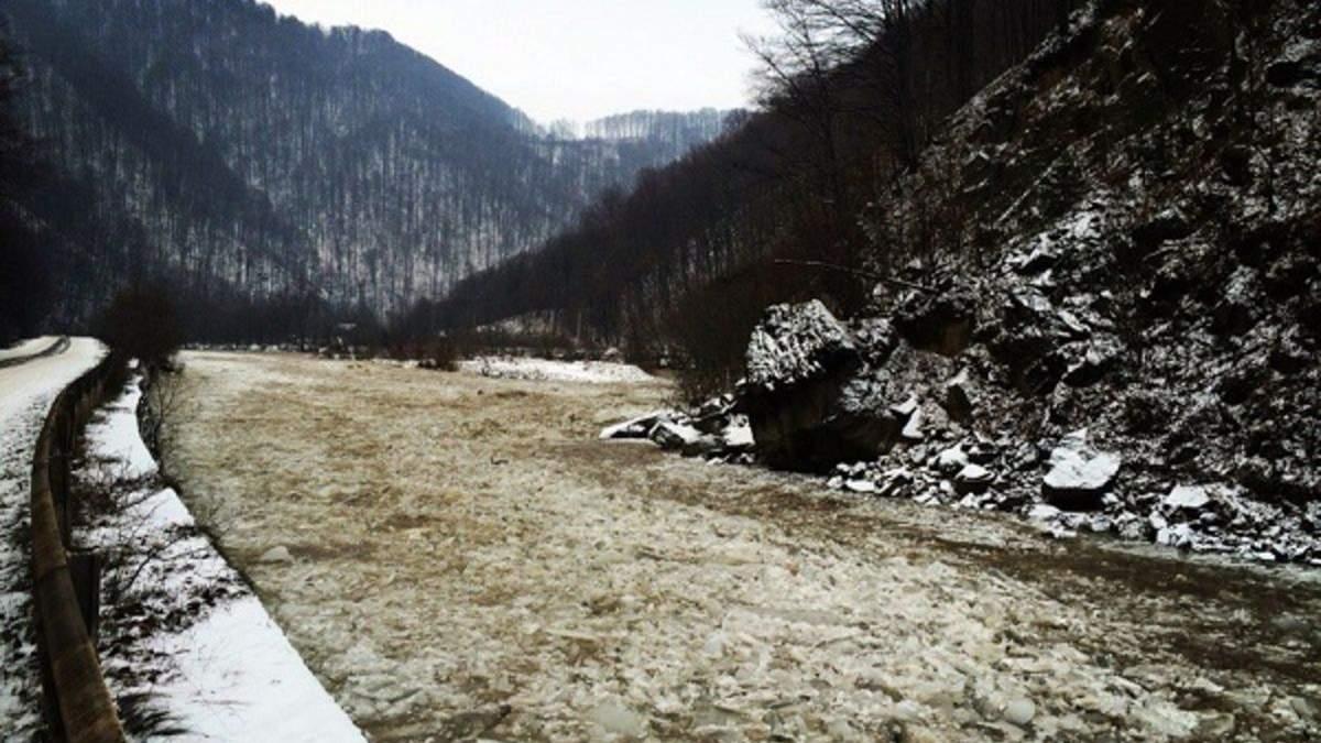 Льодохід на Чорному Черемоші: неймовірне відео з Карпат вразило мережу