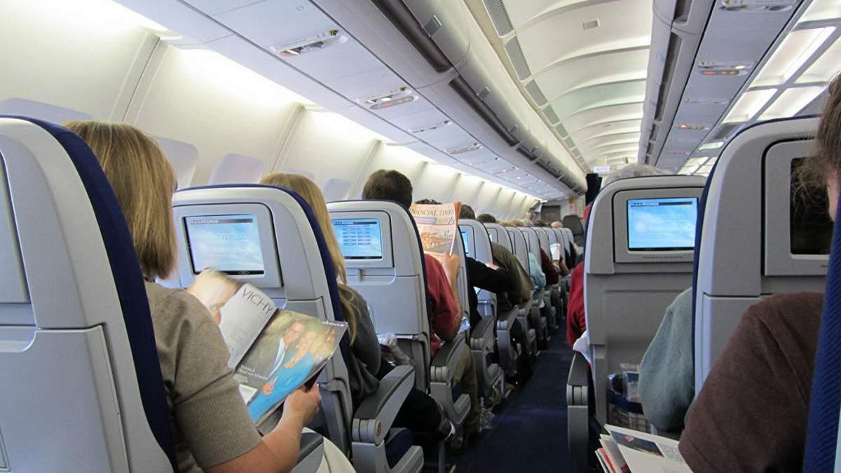 Пасажир збожеволів під час польоту, напав на стюардесу і захотів відчинити двері