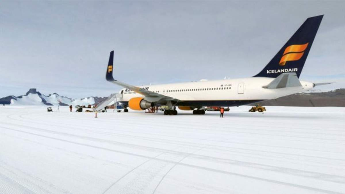 Пассажирский самолет авиакомпании Icelandair совершил посадку на лед в Антарктиде: фото и видео