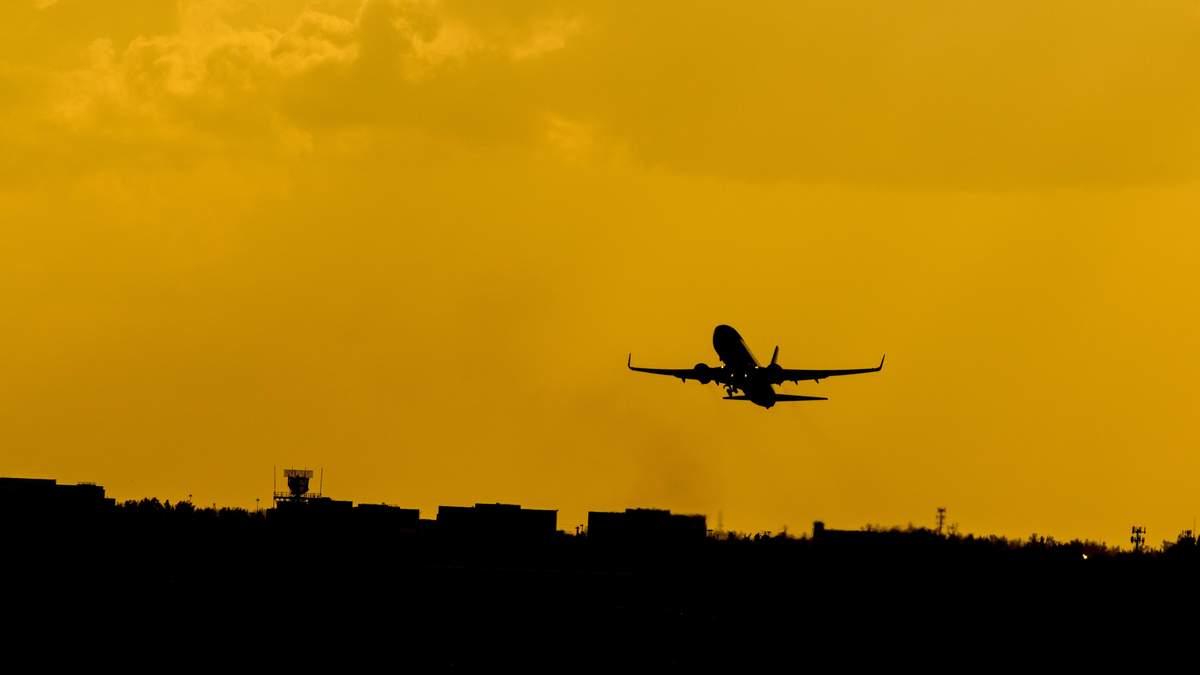 Стюардеса розповіла, чи зможе пасажир посадити літак