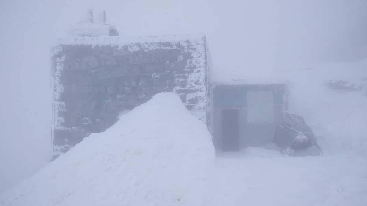 Зима не отступает: в Карпатах продолжает бушевать непогода – фото и відео