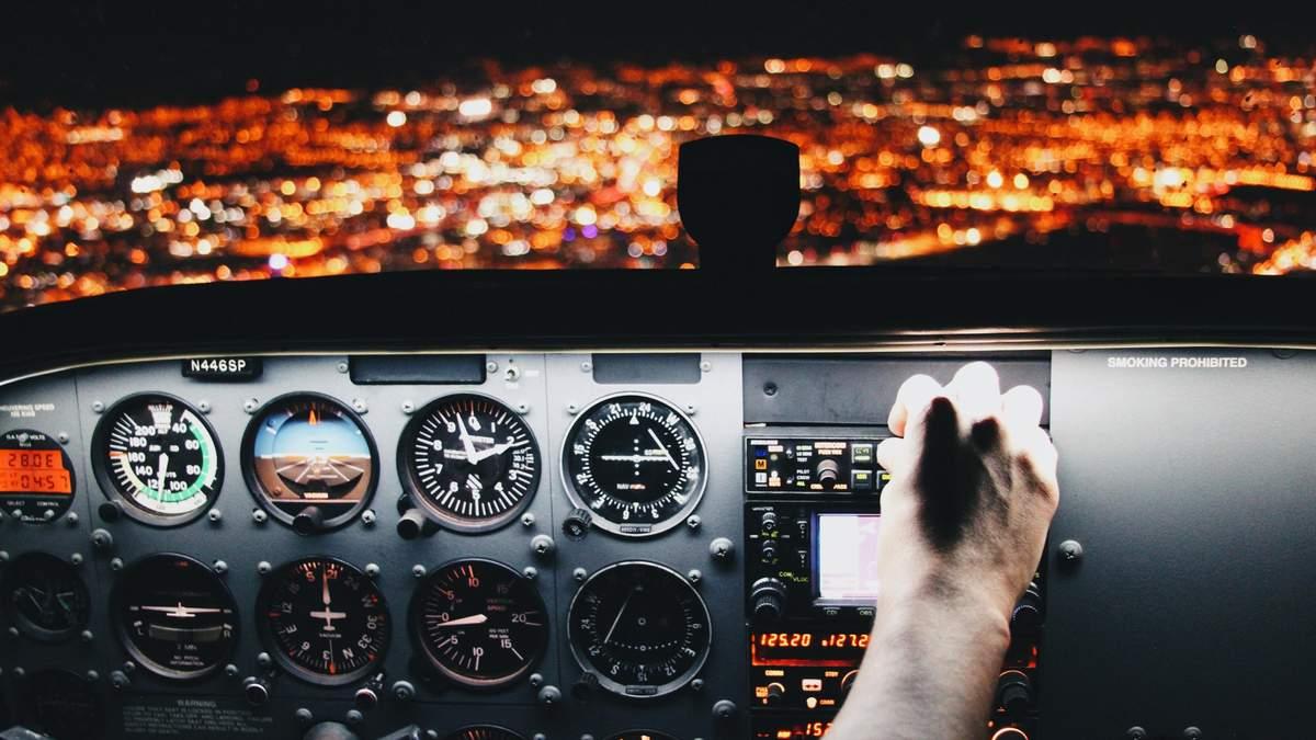 Пилот самолета заснул во время полета