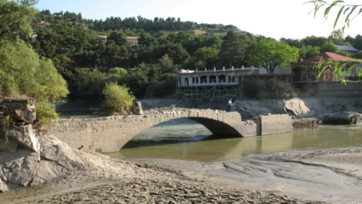 У Грузії з-під води з'явився старовинний міст Помпея