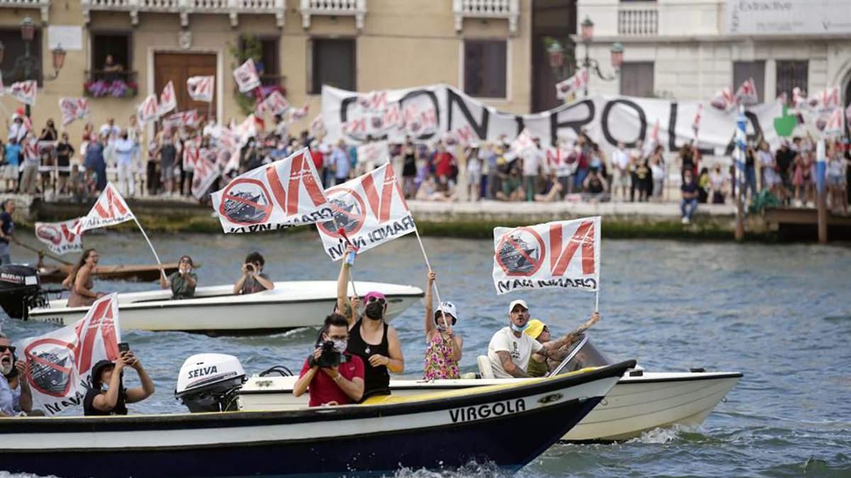 Жители Венеции протестуют против круизных лайнеров: фото