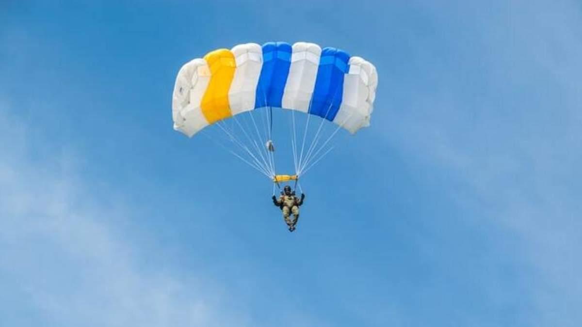 Де в Україні стрибнути з парашутом і в скільки це обійдеться