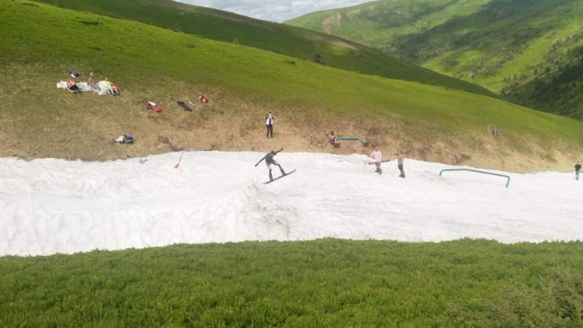 В Карпатах туристы катаются на лыжах в купальниках и шортах