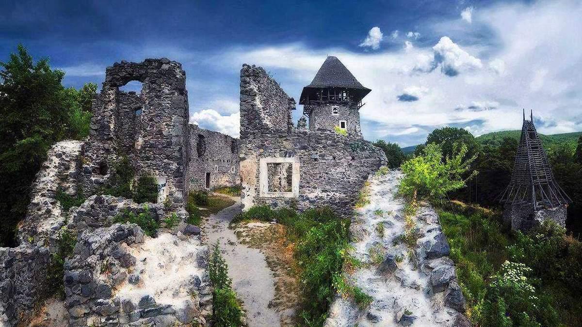 Заброшенные замки Украины, которые стоит поторопиться увидеть: локации