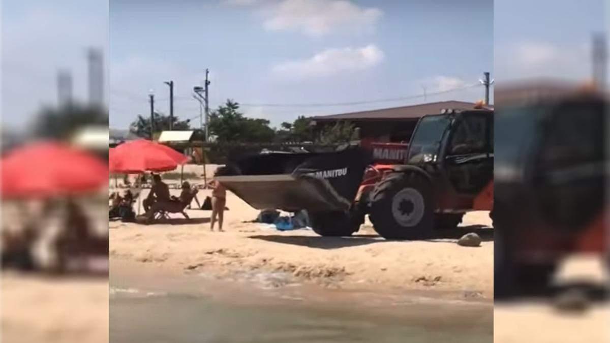 На пляж Азовского моря подтянули строительную технику против медуз