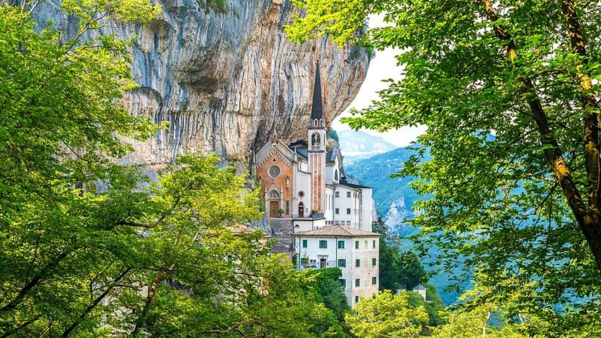 Медитація та внутрішній спокій в італійській церкві, що ніби парить у повітрі: дивовижні фото - Travel