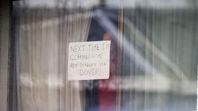Чоловік на карантині подавав сигнали перехожим записками у вікні
