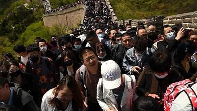 Никакой дистанции: китайцы на майские праздники образовали толпу на Великой стене – фото