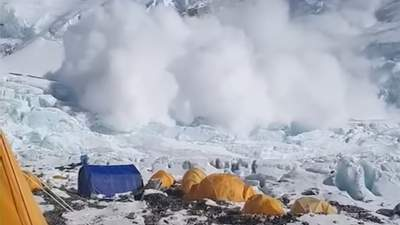 Лавина на Евересті помилувала туристів і зупинилася перед табором: вражаюче відео