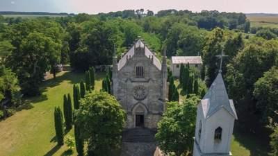 Подорож до Подільських Товтр: готичний костел у сільській глибинці та екзотичний водоспад