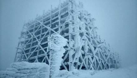 В Карпатах шторм и намерзание льда: спасатели призывают туристов не ходить в горы