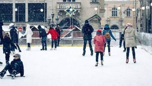 У центрі Львова відкривають традиційну зимову ковзанку