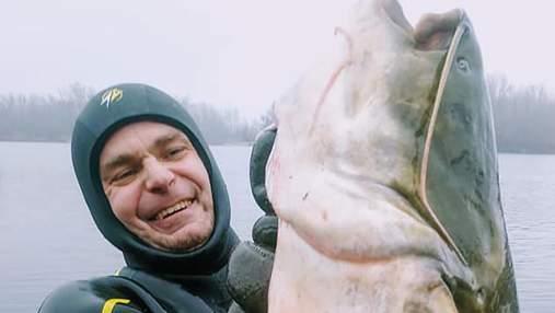 Рибалка зловив гігантського сома в Дніпрі: риба ледь помістилася на фото