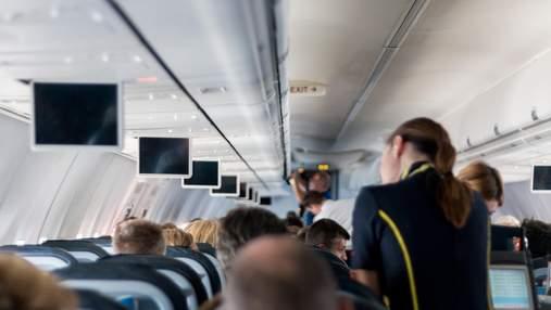 Стюардеса в мінісукні закрила багажні полиці шпагатом і вразила мережу