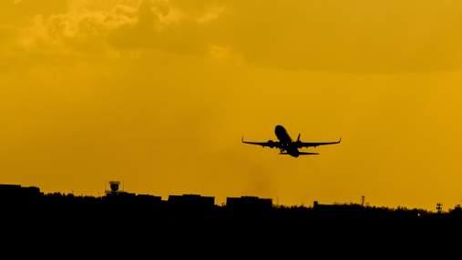 Стюардеса пояснила, чому в пасажирських літаках немає парашутів