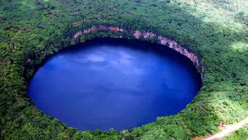 Вулканічне озеро Лалолало в Тихому океані дивує своєю формою: захопливі фото, відео