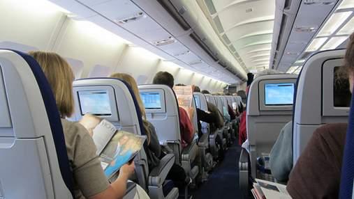 Пассажир обезумел во время полета, напал на стюардессу и захотел открыть дверь: детали курьеза