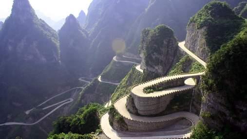 Круті повороти, стрімкі скелі й вибоїни: 7 найнебезпечніших доріг у світі