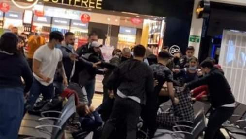 Массовое побоище в аэропорту Лондона: пассажиры затеяли драку из-за ссоры двух женщин – видео