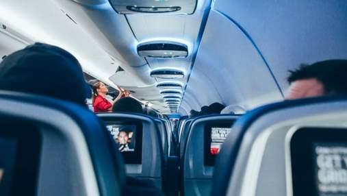 """Буйного пассажира самолета оштрафовали на 52,5 тысячи долларов из-за его """"послушных"""" действий"""