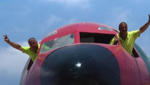 Новый взлет старого самолета как близнецы создали палестино-иорданскую кафе со старого Boeing