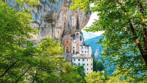 Медитація та внутрішній спокій в італійській церкві, що ніби парить у повітрі: дивовижні фото