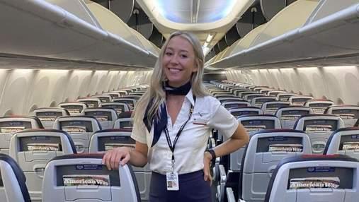 Залізла в багажну полицю в мініспідниці, щоб попозувати для фото: стюардеса здивувала мережу