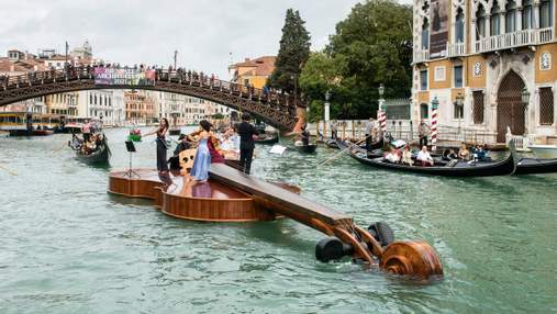 Гігантська скрипка пропливла Гранд-каналом Венеції – струнний квартет дав концерт прямо на ній