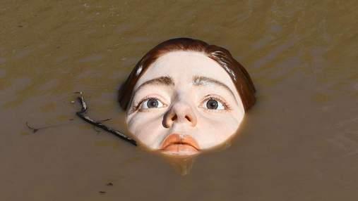 Скульптура дівчини, що тоне,  у Більбао наробила галасу – дивовижне відео артоб'єкту