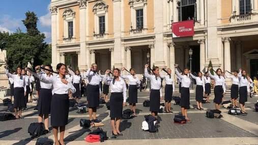 Стюардессы бывшей итальянской авиакомпании разделись в центре Рима в знак протеста: видео